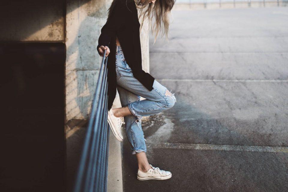 Jak nosić dżinsowe spodnie do pracy w biurze oraz na randkę